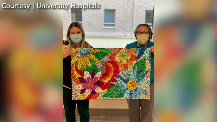 Calcomanías de detección de COVID-19 convertidas en arte en el hospital de Cleveland