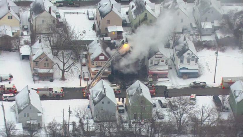 EN VIVO: Bomberos combaten las llamas en una casa en llamas en el lado este de Cleveland