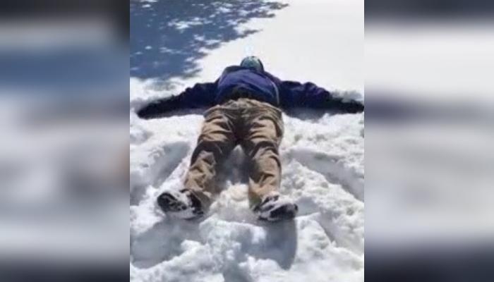 El personal del hogar de ancianos ayuda a un hombre de 79 años a hacer el primer ángel de la nieve