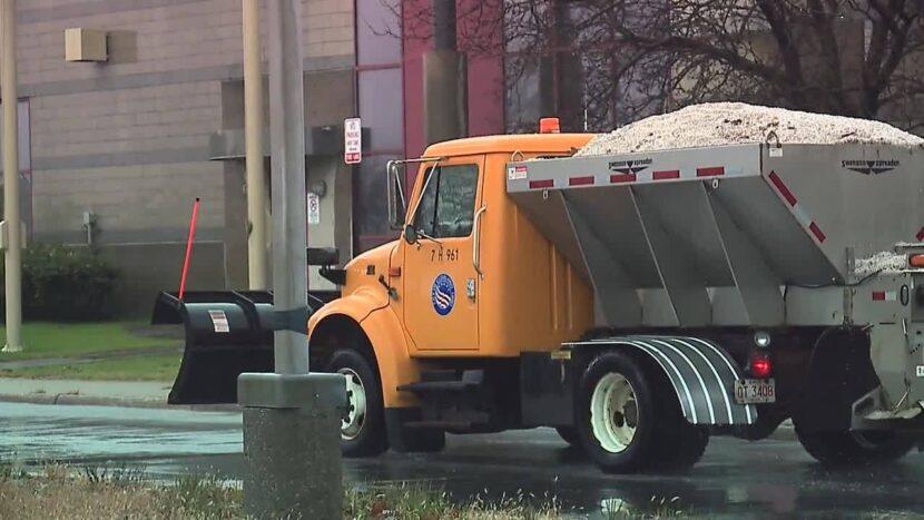 Equipos de ODOT que trabajan en turnos de 12 horas para mantener las carreteras del noreste de Ohio libres de nieve
