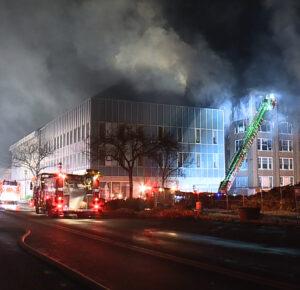 Incendio masivo en Elyria arde durante horas, causa bajo investigación