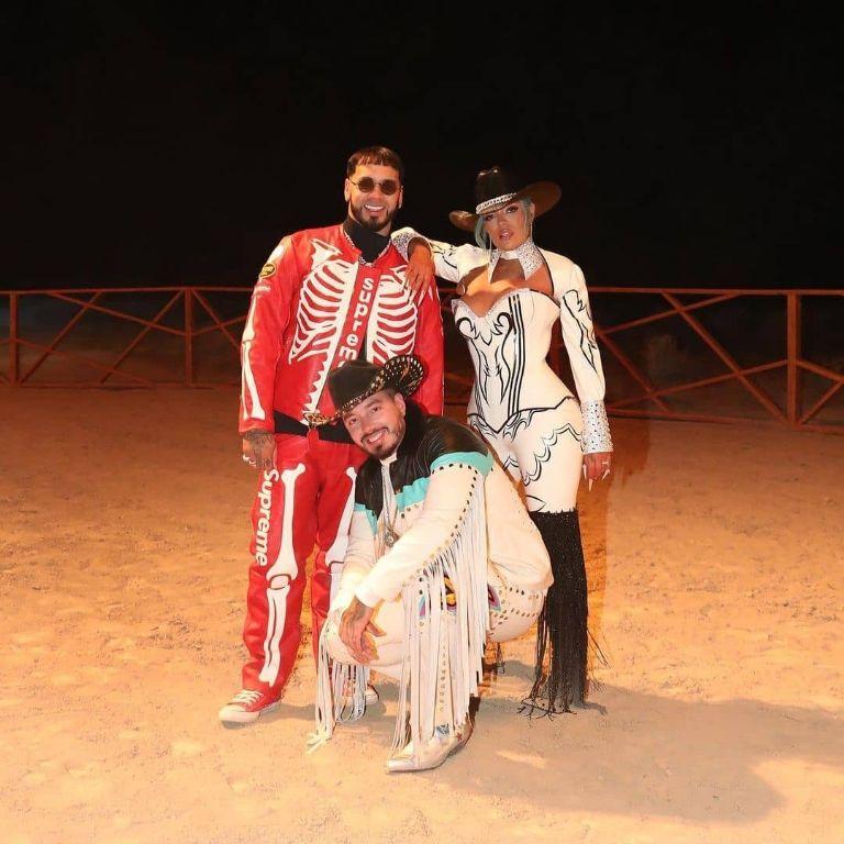 Karol G, Anuel y J Balvin se unen con el tema «Location»