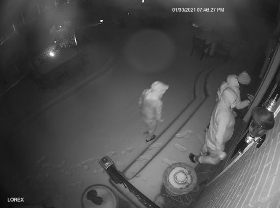 La policía de Gates Mills busca a los ladrones que irrumpieron en su casa y robaron joyas