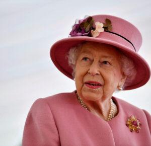 La reina Isabel recibe la vacuna COVID y anima a otros a hacer lo mismo