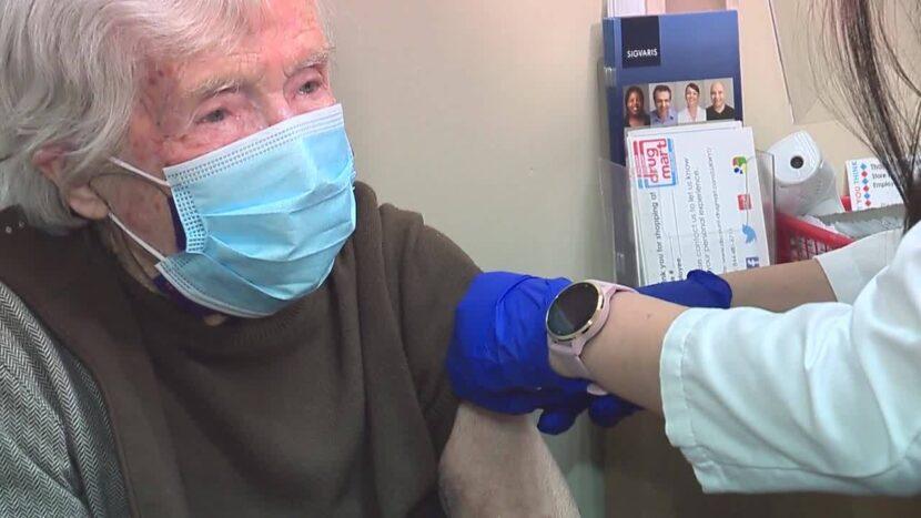 Mujer de 102 años recibe la vacuna contra el coronavirus con la ayuda de I-TEAM, Drug Mart