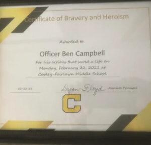Oficial de policía de Copley aclamó a un héroe por salvar a un niño asfixiado en la cafetería de la escuela