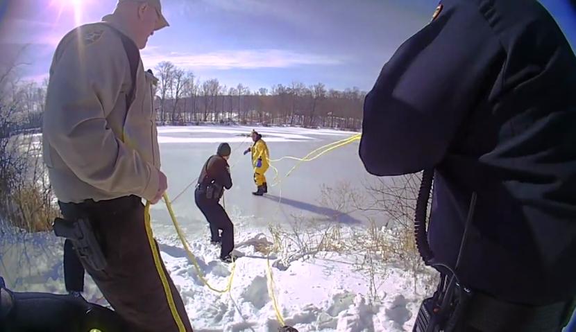 Pescador rescatado tras caer a través de una fina capa de hielo en un estanque del condado de Medina