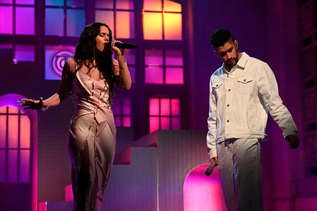 """Rosalía y Bad Bunny revolucionan """"SNL"""" cantando en español"""