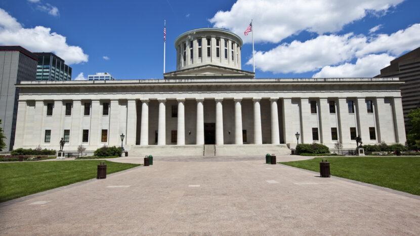 Senador de Ohio deja audiencia sobre personas en la sala que no usan máscaras