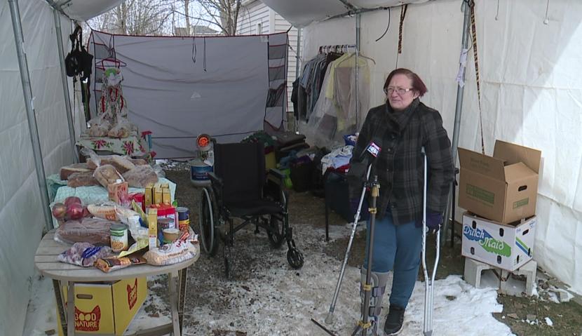 Una mujer local opera una despensa de alimentos gratuita en el camino de entrada para ayudar a los necesitados