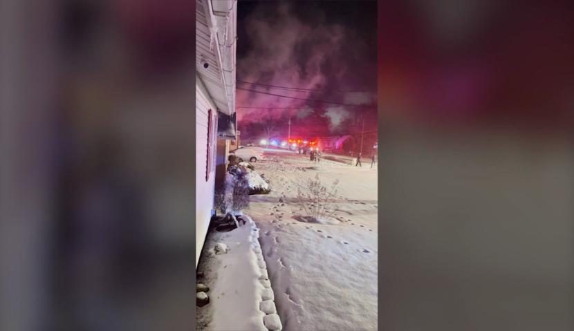 Vecinos convencen a una mujer de 71 años de que salte por la ventana y escape de su casa en llamas