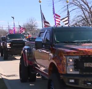 Desfile de camiones para celebrar el cumpleaños de un hombre con necesidades especiales