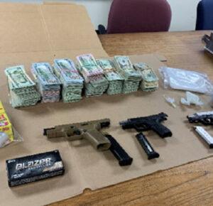 Detectives de Akron arrestan a uno en arresto, incautación de drogas, pistolas y más de $ 100,000