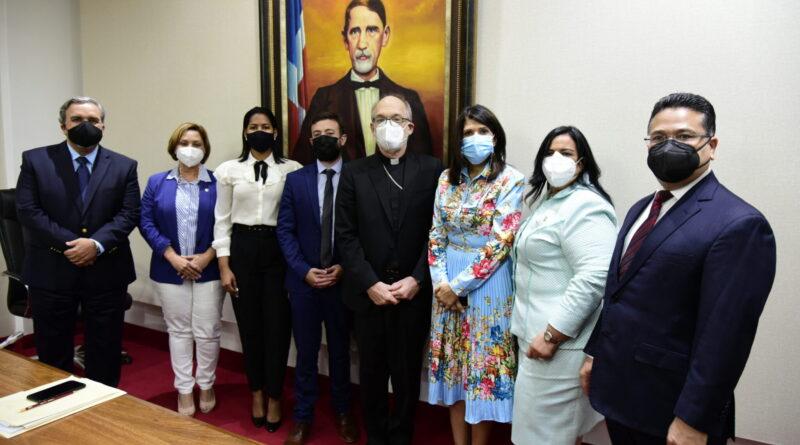 Diputados escuchan opinión de monseñor Víctor Masalles sobre las tres causales