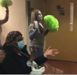 El personal y las enfermeras se unen cuando el último paciente del hospital en las instalaciones de COVID-19 se va a casa 'feliz'