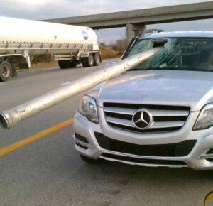 La tubería atraviesa el parabrisas del conductor en la interestatal de Ohio, dice OSHP