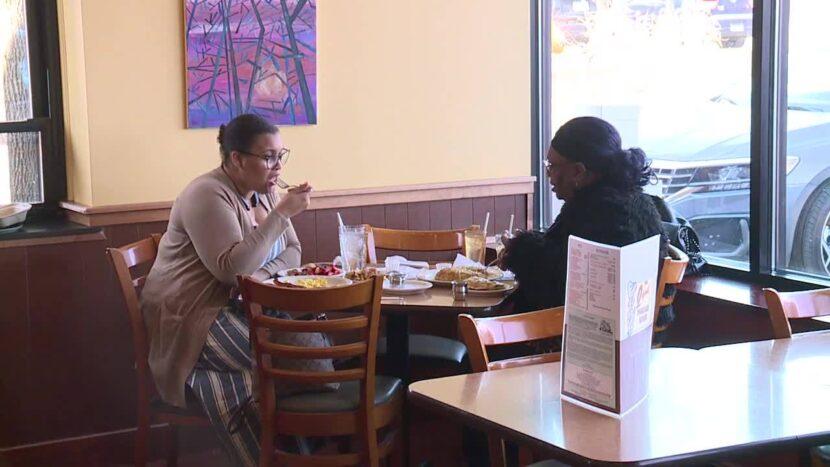 Los propietarios de restaurantes notan un aumento en los clientes a medida que aumenta el acceso a las vacunas