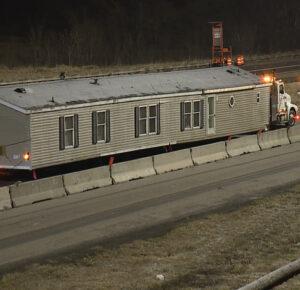 Se muda casa abandonada en la zona de construcción de la I-77