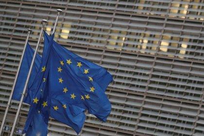 FOTO DE ARCHIVO: Banderas de la Unión Europea frente a la sede de la Comisión Europea en Bruselas, Bélgica, el 24 de diciembre de 2020. REUTERS/Yves Herman