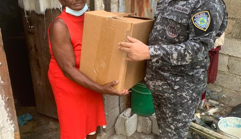 Teniente Coronel Policía Nacional entrega ayuda a familias