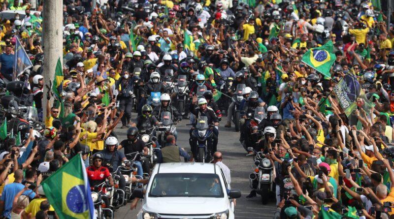 Jair Bolsonaro lideró una caravana de motos junto a una multitud de simpatizantes a las puertas de una tercera ola de COVID