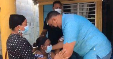Chú Vásquez se compromete a dar con paradero de asesinos de adolescente y su abuela en Nagua