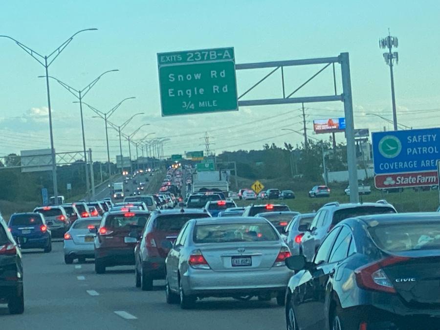 Accidente de motocicleta en el tráfico de la I-71 S retrocede