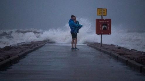 Texas bajo alertas de inundaciones y marejadas por huracán Nicholas que tocó tierra