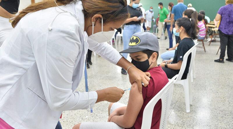 """Pediatras opuestos a vacuna anticovid en mayores de cinco La Sociedad Dominicana de Pediatría ratificó ayer su posición contra el proceso de vacunación en niños de cinco a 11 años, ante la ausencia de evidencias científicas sobre los efectos que pudiera generar el fármaco anticoronavirus en este grupo poblacional. Mediante un comunicado, la doctora Luz Herrera, presidenta de la agrupación médica, manifestó que el proceso de inoculación es importante para hacer frente a la enfermedad; no obstante, indicó que este se debe realizar bajo la ética y responsabilidad que requieren los más pequeños. Señaló que hasta el momento solo se registran en menores, 1.5 casos positivos al coronavirus por cada 10 mil personas. """"Solicitamos un compás de espera dado a que la tasa de contagio aún es manejable y reducida y así evitamos posibles reacciones en este grupo vulnerable"""", expresó. La especialista llamó a las autoridades a continuar la jornada de inoculación en los adultos, en lo que surgen nuevas pruebas y resultados científicos que garanticen la efectividad y cuidado en los infantes. Asimismo, exhortó al Gobierno seguir con el fomento de las medidas preventivas para mitigar la propagación del virus, incentivando el uso de mascarilla a partir de los dos años, las normas de higiene y el distanciamiento físico. Aunque la decisión aún no ha sido aprobada por el Gabinete de Salud, el pasado lunes el Ministerio de Salud Pública (MSP), el Colegio Médico Dominicano (CMD) y las Sociedades Médicas Especializadas, votaron a favor de inocular a los menores de 12 años como medida preventiva para evitar contagios de la afección viral en los recintos escolares. Para el doctor Waldo Ariel Suero, la vacunación en los niños de cinco a 11 años es una medida ideal para frenar la transmisibilidad de la patología en los centros educativos. En declaraciones a la prensa, el presidente del Colegio Médico Dominicano, manifestó que es una alternativa que ya se está ejecutando en otros países, como Chile,"""