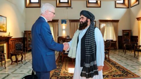 """Talibanes se reúnen en Afganistán con el enviado especial de Reino Unido para """"revivir relaciones"""""""