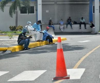 Pacientes con Covid siguen llenando hospitales de la Capital